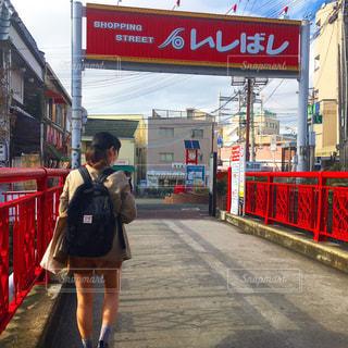 通りを歩く女性の写真・画像素材[818711]
