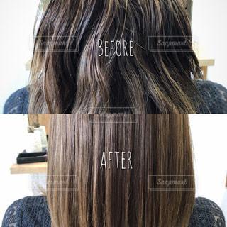 傷んでいる髪とツヤのある健康な髪の写真・画像素材[1359768]
