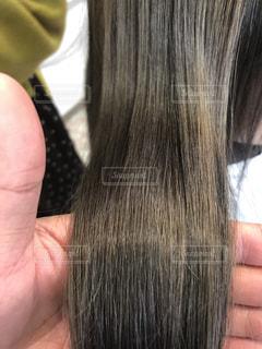 ツヤ髪を持つ写真の写真・画像素材[1665539]