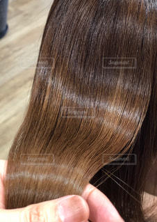 ツヤ髪を持っている写真の写真・画像素材[1860822]