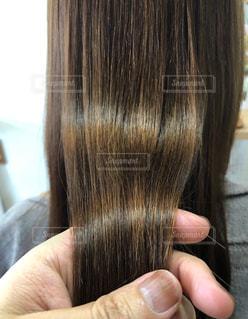 美髪を手で持つ写真です。の写真・画像素材[2186302]