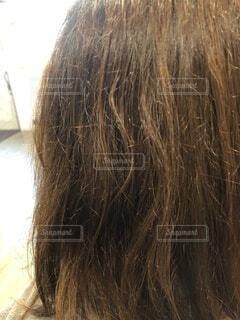 うねりのある傷んだ髪の写真・画像素材[3927070]
