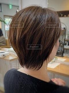 ショートヘアーが似合う女性の写真・画像素材[4090604]