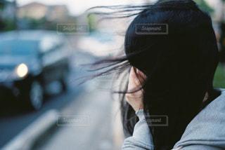 手で顔を覆う女の子の写真・画像素材[816507]