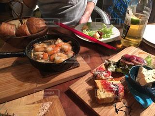木製のテーブルの上に食べ物のプレート - No.816643