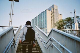 陸橋を登る人の写真・画像素材[817317]