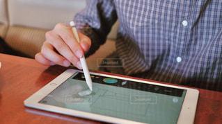 iPadにApple Pencilでスケッチする人の写真・画像素材[817325]