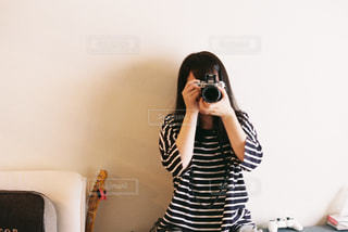 写真を撮る女性の写真・画像素材[819509]