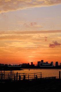 都会のシルエットに沈む夕日の写真・画像素材[819535]