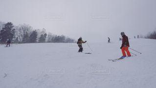 スキー場でスキーをする家族 - No.821147