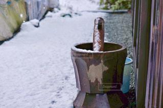 雪景色の中の臼と杵の写真・画像素材[821153]