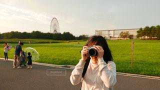 公園で写真を撮る女性の写真・画像素材[821534]