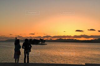 水の体に沈む夕日の写真・画像素材[1199737]