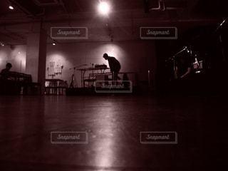 部屋に立っている人の写真・画像素材[857559]