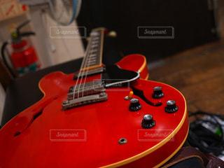 近くにギターのアップの写真・画像素材[857561]