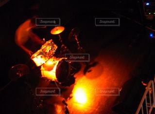 暗い部屋で燃える火の写真・画像素材[857573]