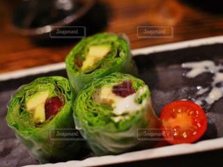 テーブルの上に食べ物のプレートの写真・画像素材[857598]