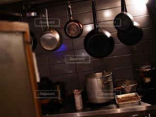 ストーブの鍋付きのキッチン - No.879312