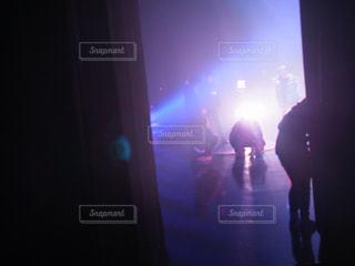 暗い部屋で人々 のグループの写真・画像素材[879315]