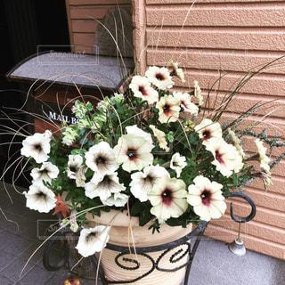 テーブルの上に座って花の花瓶の写真・画像素材[817808]