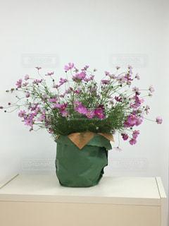 テーブルの上に座って花の花瓶の写真・画像素材[817838]