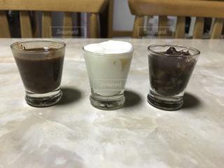 テーブルの上のコーヒー カップ - No.822552
