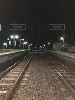 下り列車を走行する列車を追跡駅のそばの写真・画像素材[822625]