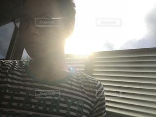 ウィンドウの前に立っている人の写真・画像素材[876348]