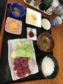 テーブルの上に食べ物の種類の入ったプラスチック容器の写真・画像素材[876356]