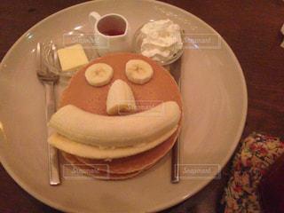 テーブルの上に食べ物のプレートの写真・画像素材[818143]