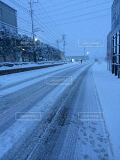 雪に覆われた道の写真・画像素材[818145]