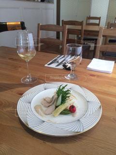 食品とテーブルの上にワインのグラスのプレートの写真・画像素材[819207]