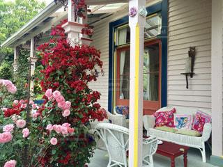 建物の前に座っている花の花瓶の写真・画像素材[819386]
