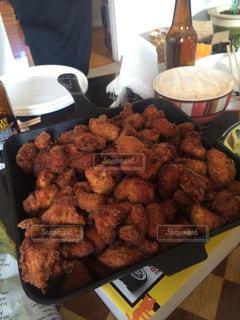 テーブルの上に食べ物のトレイの写真・画像素材[819392]