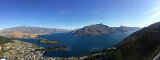 背景の山と水の体の表示の写真・画像素材[819434]