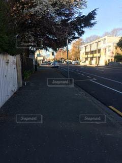 道の端にフォーカスを持つストリート シーンの写真・画像素材[819494]
