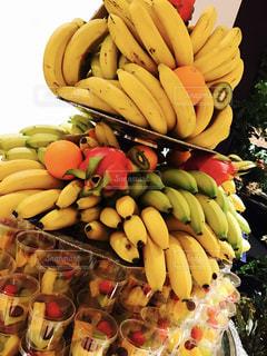 ディスプレイ上のバナナの束の写真・画像素材[818494]