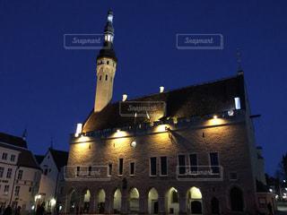 夜のタリン旧市庁舎の写真・画像素材[855717]