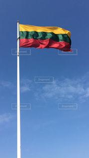 風にたなびくリトアニア国旗の写真・画像素材[879008]