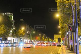 夜のシャンゼリゼ通りの写真・画像素材[874759]