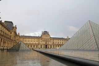 雨のルーヴル美術館の写真・画像素材[875099]