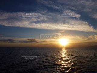 ハワイのクルーズ船から見る夕日の写真・画像素材[876366]