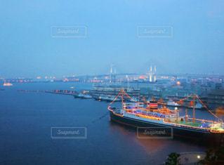 ライトアップされた横浜港の写真・画像素材[889578]