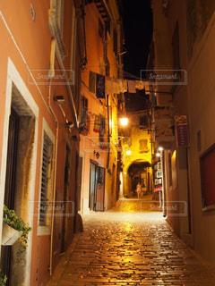 クロアチアの港町ロヴィニの路地の写真・画像素材[889679]