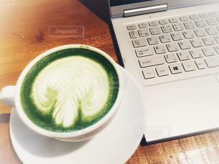 抹茶ラテとノートパソコンの写真・画像素材[895941]