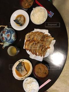 テーブルの上に食べ物のプレートの写真・画像素材[857351]
