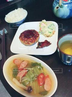 テーブルの上に食べ物のボウルの写真・画像素材[876399]
