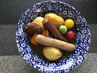 皿の上の食べ物の写真・画像素材[2502649]