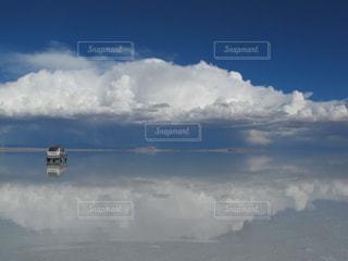 ウユニ湖と車の写真・画像素材[820495]