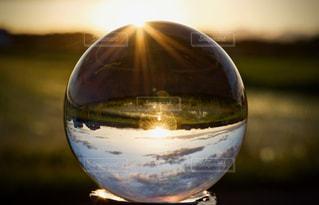ガラス越しの夕日の写真・画像素材[822708]